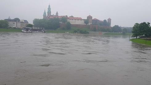 Woda na Wiśle wciąż wysoka, chociaż fala kulminacyjna nie zagraża już mieszkańcom. fot. Patryk Motyka