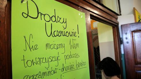 Jonkowo. Wejście do sali, gdzie egzamin pisali uczniowie trzech szkół. Fot. PAP/Tomasz Waszczuk