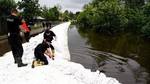 Działania w podtopionej przez wody Łęgu miejscowości Ruda (fot. PAP/Darek Delmanowicz)
