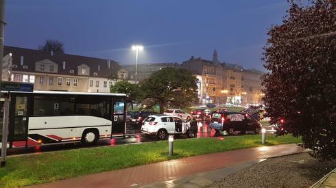 W Szczecinie wokół placu znów krążą samochody tych, którzy popierają protesty. Dołaczył także karawan i autobus.