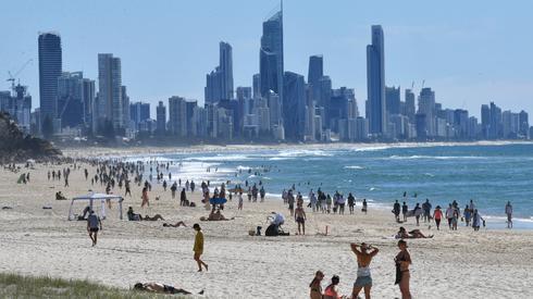 Ludzie na plaży w Burleigh Heads w australijskim Queensland. Władze Queensland złagodziły pewne ograniczenia z powodu małej liczby nowych zakażeń COVID-19 / fot. DARREN ENGLAND, PAP