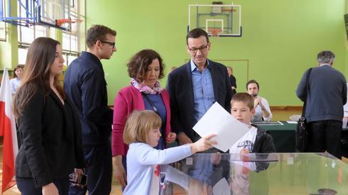 Premier Mateusz Morawiecki z żoną Iwoną i dziećmi, podczas głosowania w lokalu wyborczym w Szkole Podstawowej numer 205 w Warszawie (fot. PAP/ J. Kamiński)