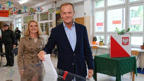 Przewodniczący Rady Europejskiej Donald Tusk z żoną głosują w lokalu wyborczym w Sopocie (fot. PAP/ Adam Warżawa)