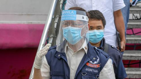 Filipiński sekretarz zdrowia Francisco Duque gestykuluje na statku  pasażerskim zamienionym w centrum kwarantanny w Manili na Filipinach. Urzędnicy państwowi sprawdzili miejsca kwarantanny wokół Manili, w tym statek pasażerski przygotowywany do masowych testów koronawirusa fot. PAP/EPA/Mark Cristino.