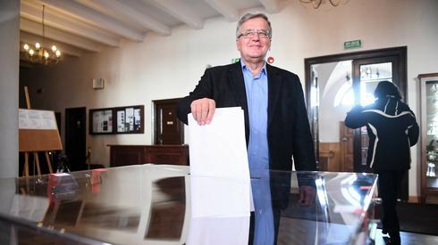 Bronisław Komorowski oddający głos w Warszawie (Fot. Jacek Turczyk/PAP)