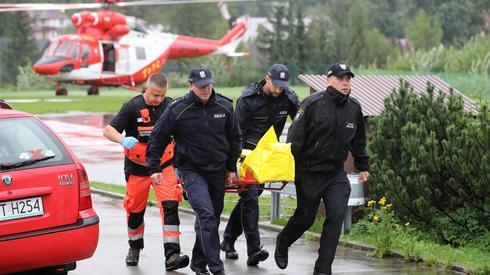 Śmigłowiec TOPR na lądowisku przed szpitalem w Zakopanem / fot. Grzegorz Momot, PAP