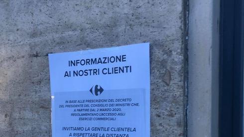 Informacja przed supermarketem w Mediolanie