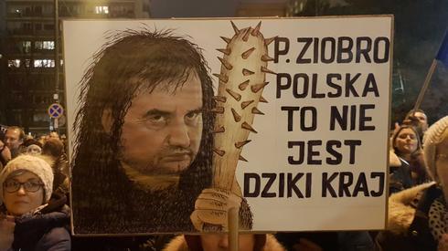 Transparenty przed Sejmem w Warszawie. /fot. Piotr Halicki