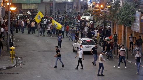 Palestyńscy demonstranci rzucają kamieniami podczas starć z izraelskimi siłami bezpieczeństwa podczas protestu w mieście Hebron na Zachodnim Brzegu Jordanu. Zdjęcie: HAZEM BADER