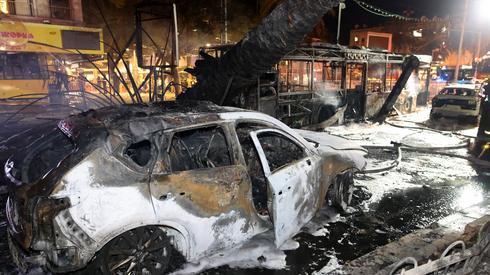 Zniszczenia w mieście Holon po uderzeniu rakiety. Zdjęcie: AHMAD GHARABLI / AFP