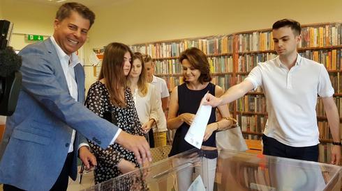 Kandydat na prezydenta Mirosław Piotrowski oddaje głos (fot. Sebastian Białach/Onet)