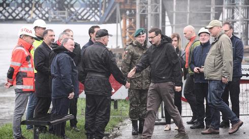 Dziś premier Morawiecki i minister Brudziński byli na bulwarach wiślanych w Krakowie. W czwartek wieczorem prezydent Krakowa ogłosił alarm przeciwpowodziowy na obszarze miasta (fot. PAP/Łukasz Gągulski)