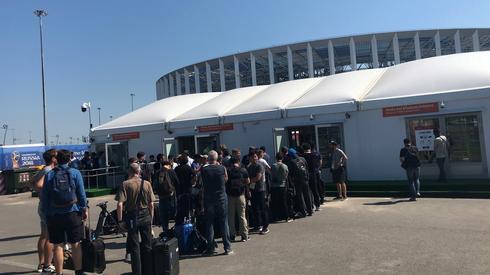 Jedno jest pewne, zdjęć z meczu Szwecja - Korea Południowa nie zabraknie. Fotoreporterzy przed wejściem na stadion w Niżnym Nowogrodzie muszą swoje odstać w kolejce (fot. PAP/EPA)