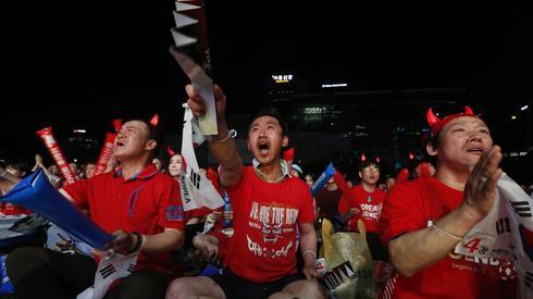 W Seulu tłumy kibiców oglądają mecz Korei Południowej ze Szwecją (fot. PAP/EPA)