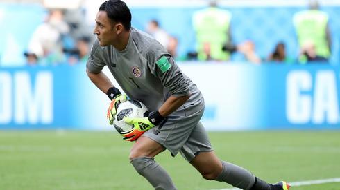 Keylor Navas wyrasta na bohatera Kostaryki - kilka razy swoimi paradami ratował zespół przed stratą gola (fot. PAP/EPA)