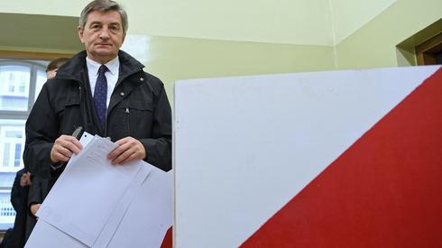 Marszałek Sejmu głosujący w Przemyślu (Fot. Darek Delmanowicz/PAP)