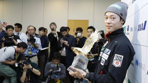 W ramach oczekiwania na skoki w Sapporo, zdjęcie Ryoyu Kobayashiego na lotnisku w Tokio! Japończyk w ojczyźnie zaprezentował trofeum za triumf w Turnieju Czterech Skoczni (fot. PAP)