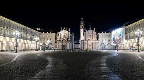 Puste ulice we włoskim mieście Turyn (PAP/EPA/ALESSANDRO DI MARCO)