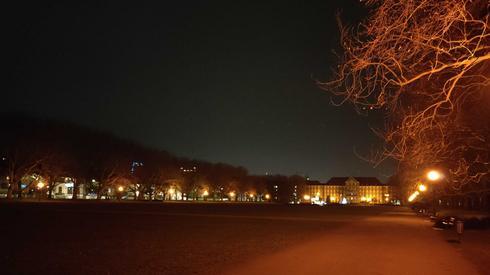 Jasne Błonia w Szczecinie. To tu co roku odbywała się miejska zabawa sylwestrowa. W tym roku jest pusto. Nie widać nawet osób spacerujących z psami, fot. Alicja Wirwicka