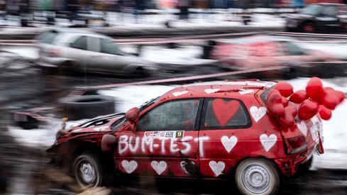 W ramach gliwickiej odsłony 27. finału WOŚP, kierowcy starych samochodów ścigali się w wyścigach Wrak-Race Silesia WOŚP EDITION/ fot. Andrzej Grygiel, PAP
