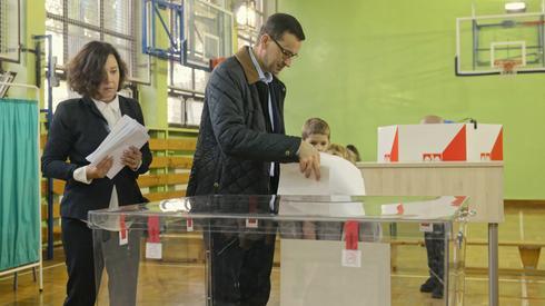 Mateusz Morawiecki z żoną oddaje swój głos (Fot. PAP/Jakub Kamiński)