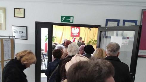 Kolejki w jednym z lokali wyborczym w Lublinie
