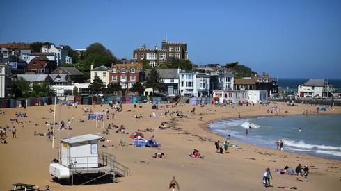 Brytyjska plaża w czasach epidemii. Fot. BEN STANSALL / AFP