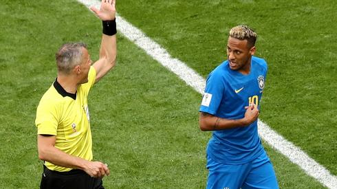Po obejrzeniu powtórek sędzia Bjoer Kuipers nie miał wątpliwości, że Neymar nie był faulowany i Brazylii nie należał się rzut karny (fot. PAP/EPA)