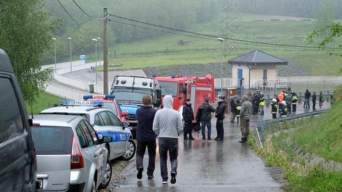 Strażacy przepompowują wodę w Wilkowicach (fot. Andrzej Grygiel/PAP)