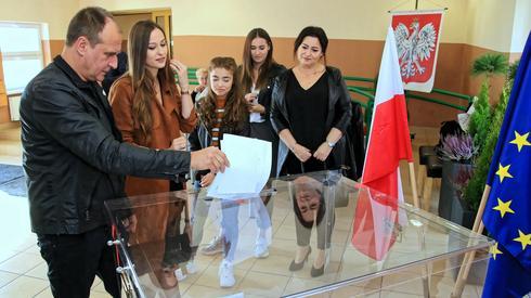 Paweł Kukiz oddający głos z rodziną w Łosiowie (Fot. Krzysztof Świderski/PAP)