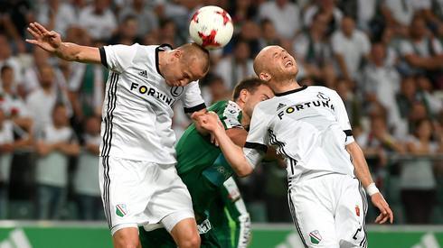 a Michał Pazdan (P) i Adam Hlousek (L) oraz Aleksei Kangaskolkka (C) podczas rewanżowego meczu 2. rundy eliminacyjnej Ligi Mistrzów. PAP/Bartłomiej Zborowski