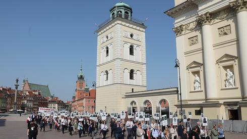 Ulicami Warszawy przeszedł Marsz z Portretami organizowany przez Solidarnych 2010 (Fot. PAP/Tomasz Gzell)