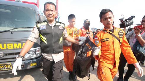 Trwa wyławianie szczątków z okolic miejsca katastrofy / fot. Bagus Indahono PAP/EPA