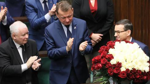 Premier Mateusz Morawiecki (P), prezes PiS Jarosław Kaczyński (L) oraz minister obrony narodowej Mariusz Błaszczak (C). Fot. PAP/Paweł Supernak