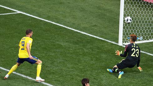 Najlepszą okazję meczu Szwecja - Korea Południowa zmarnował na razie Marcus Berg (fot. PAP/EPA)