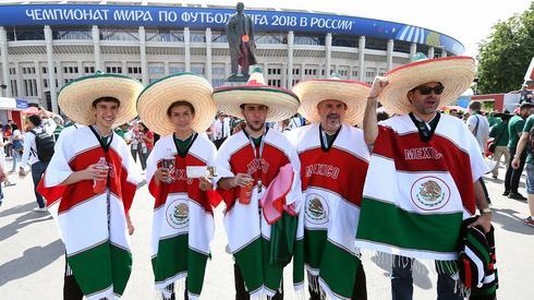 Do meczu Niemcy - Meksyk na moskiewskich Łużnikach niespełna dwie godziny. Pod stadionem już sporo kibiców z Meksyku (fot. PAP/EPA)