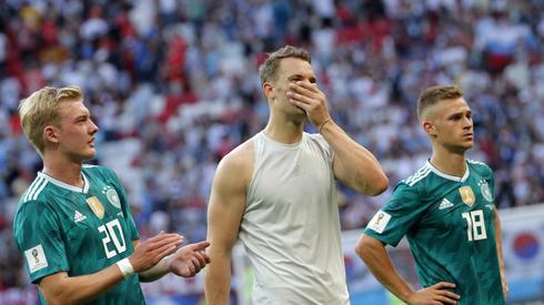 Niemieccy piłkarze długo nie mogli wczoraj uwierzyć w to, co się stało? (fot. PAP/EPA)