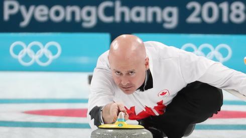 Kanadyjski curler podczas meczu Szwajcaria - Kanada. Autor: PAP/EPA/JAVIER ETXEZARRETA