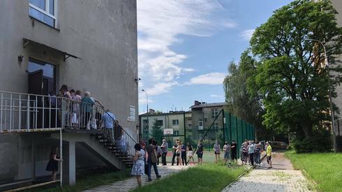 Kolejka do lokalu wyborczego na Żabińcu ul. Zdrowa 6 w Krakowie (fot. Katarzyna Barczyk/Onet)