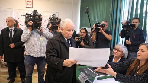 Z kolei Jarosław Kaczyński głosował dziś w Warszawie (Fot. Tomasz Gzell/PAP)
