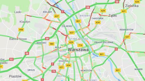 Na mapie widać już korki w pobliżu największych nekropolii stolicy (fot. Google Maps)