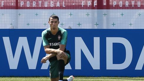 Cristiano Ronaldo jest na razie najlepszym zawodnikiem mundialu. Portugalczyk już szykuje się w podmoskiewskiej bazie swojej reprezentacji do meczu z Marokiem (środa, godz. 14, Łużniki) (fot. PAP/EPA)