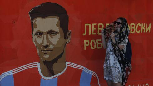 Taki mural można znaleźć, spacerując ulicami Wołgogradu. Czy Robert Lewandowski zostanie bohaterem meczu z Japonią? (fot. PAP/EPA)