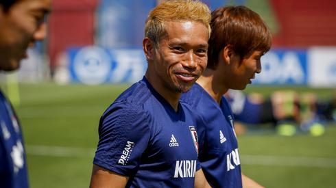 Japończycy już rozpoczęli w Kazaniu przygotowania do meczu z Polską. Po uśmiech Yuto Nagatomo można się domyślać, że są dobrej myśli przed starciem z Biało-Czerwonymi (fot. PAP/EPA)