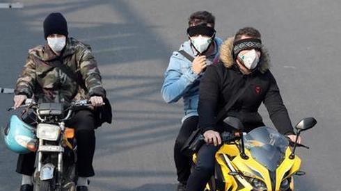 AFP/ABEDIN TAHERKENAREH, Irańczycy zabezpieczają się przed wirusem