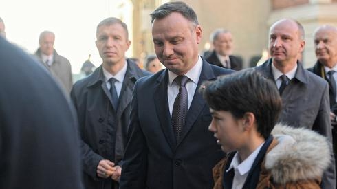 W dzień Wszystkich Świętych prezydent Andrzej Duda modlił się i złożył kwiaty na grobie Lecha i Marii Kaczyńskich (zdj. PAP/Jacek Bednarczyk)
