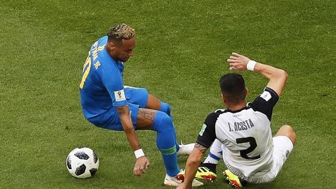 Neymar znów nie ma łatwego życia w pojedynkach z rywalami (fot. PAP/EPA)