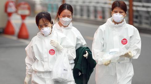 Pracownicy medyczni przygotowują się do zmiany w szpitalu w Daegu w Korei Południowej. Fot: PAP / EPA / Yonhap