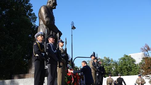 Prezydent Andrzej Duda składa wieniec przed pomnikiem Marszałka Józefa Piłsudskiego na pl Piłsudskiego. Autor: Rafał Guz/PAP