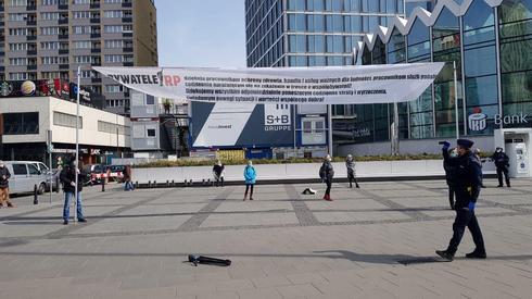 Policja wylegitymowała ok. 10 Obywateli RP, którzy o godz. 11 stanęli w centrum Warszawy z banerem dziękującym pracownikom ochrony zdrowia, handlu i usług.